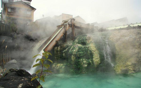 Kochend heisses Wasser in einem Onsen-Dorf in den japanischen Alpen.