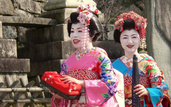 Zwei Geishas in einem Tempel in Kyoto.