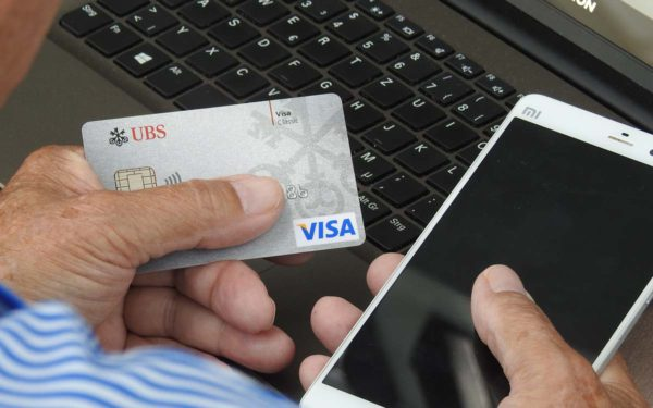 Besonders hilfreich bei Online-Einkäufen: Eine Kreditkarte.