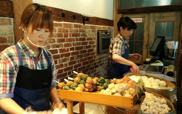 Auch mit Verkäuferinen wie hier in Jeonju, Korea, kommt man leicht ins Gespräch.