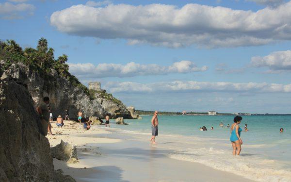 Am Strand von Tulum kannst du unter Maya-Ruinen baden.