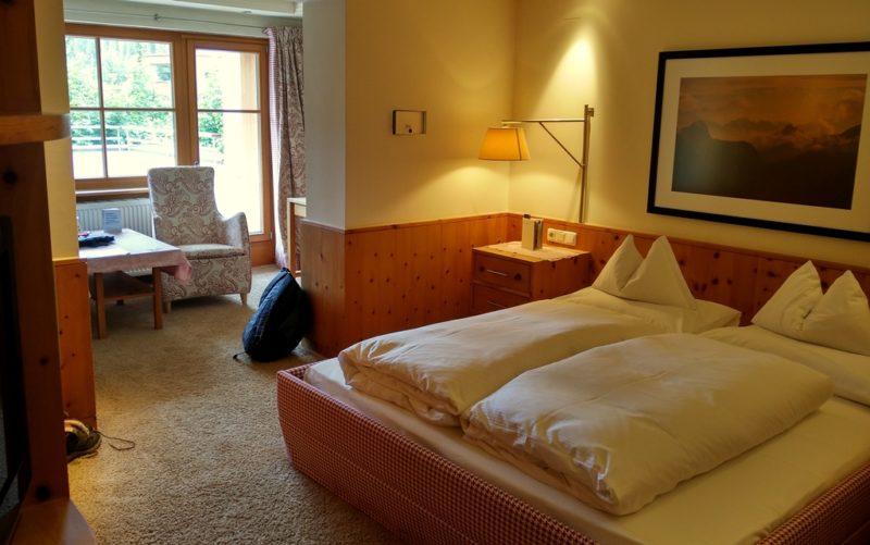 Rustikal und erstaunlich geräumig: Das Hotel Aurora in Lech.