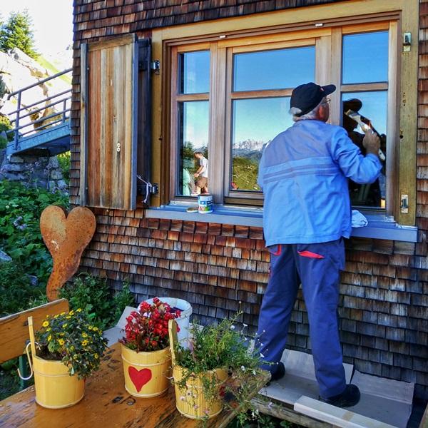 Fenster der Freiburger Hütte am Formarin-See.
