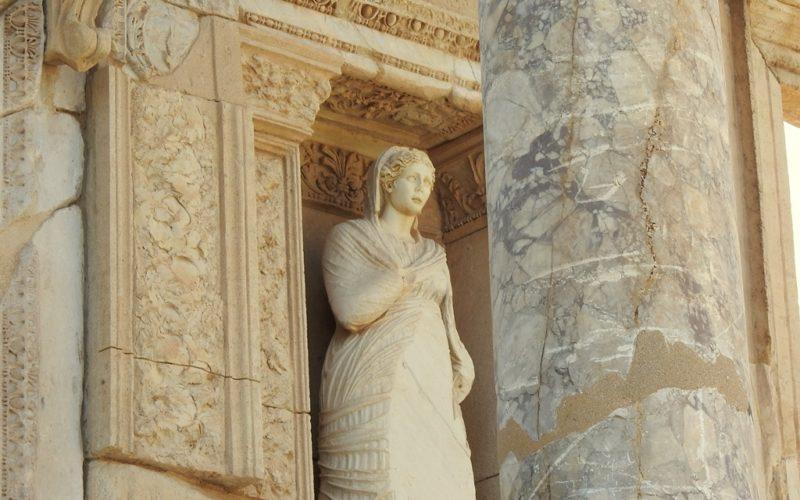 Eine besonders gut erhaltene Statue in Ephesus.