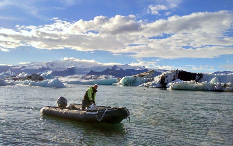Besonders gut lässt sich die Gletscherlagune mit dem Boot erkunden.