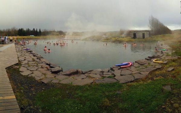 Ein idealer Ort, um den ersten Tag ausklingen zu lassen: Die Secret Lagoon.