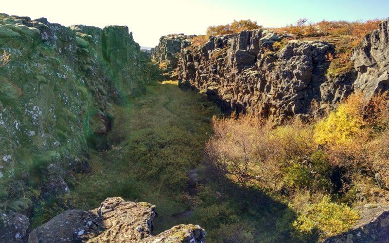 In dieser ¨Spalte im Thingvellir Nationalpark wird sichtbar, wie Europa und Amerika jedes Jahr ein bisschen auseinanderdriften.