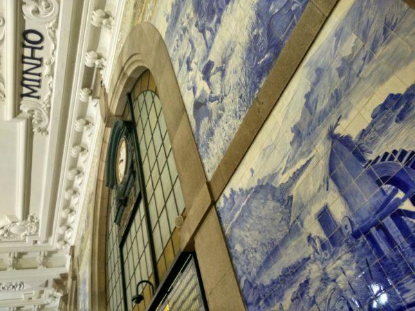 Eine der klassischen Arten, das Duoro-Tal zu besuchen beginnt hier im Bahnhof von Porto.