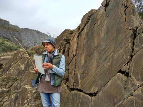 Schwer zu erkennen: In diesem Felsen befinden sich 20.000 Jahre alte Ritzzeichungen.