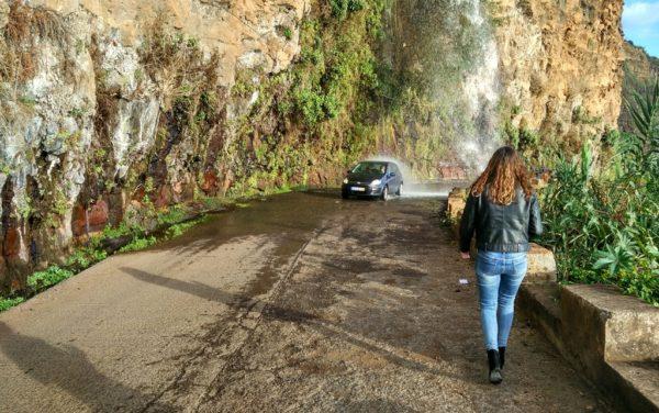 Feuchtfröhliches Abenteuer: Auf den alten Küstenstrassen muss man schon mal durch einen Wasserfall steuern.