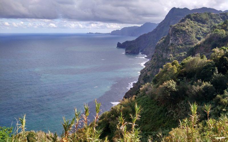 Typischer Küstenabschnitt im Norden von Madeira.
