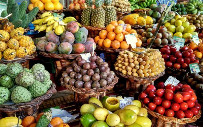 Säuberlich ausgestellte Früchte auf dem Bauernmarkt von Funchal.