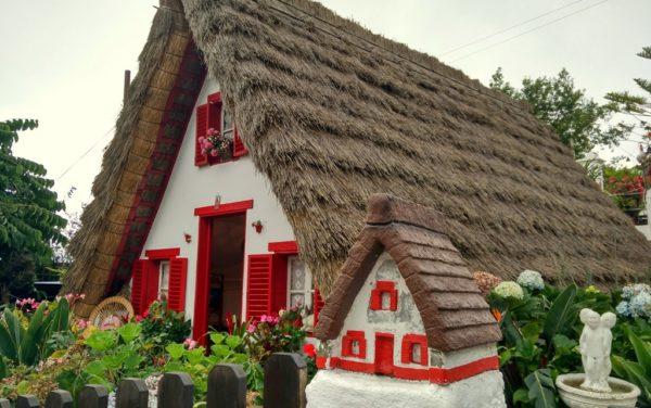 Traditionelle Häuser im Dorf Santana.
