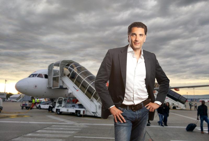Andreas Sernetz, Geschäftsführer von Ticketrefund.de erklärt, wie Reisende ihre Flugtickets am besten stornieren. (Fotomontage)