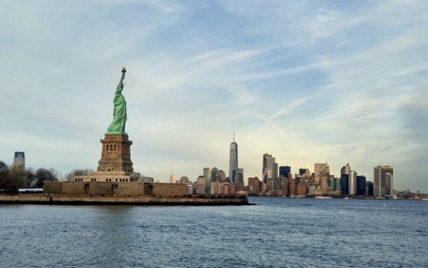 Freiheitsstatue und Skyline von New York.