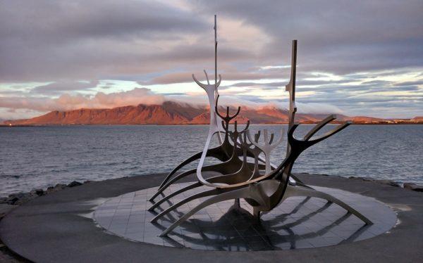 Die Sonnenfahrt-Skulptur erinnert an das Erbe der Wikinger.