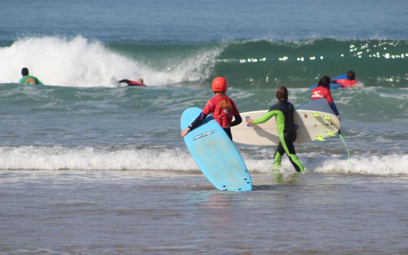 Surfen in Portugal mit Softboard und Helm