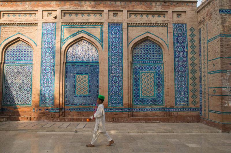 Beim Backpacking in Pakistan landet man häufiger zu Besuch in einer Moschee.