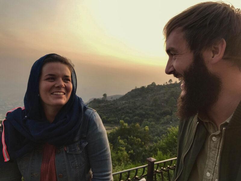 Mit dem Rucksack durch Pakistan: Anne Steinbach mit Reisepartner und Mitautor Clemens Sehi haben es ausprobiert.