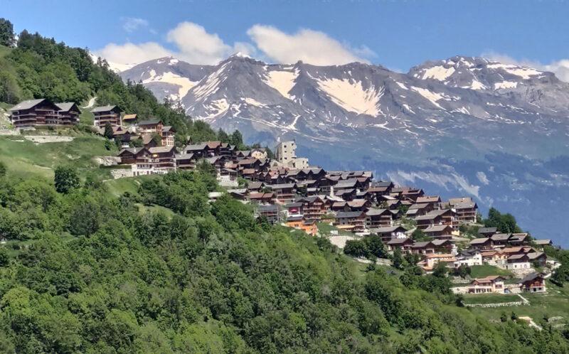 Blick auf das Bergdörfchen Hérémence und das Rhônetal