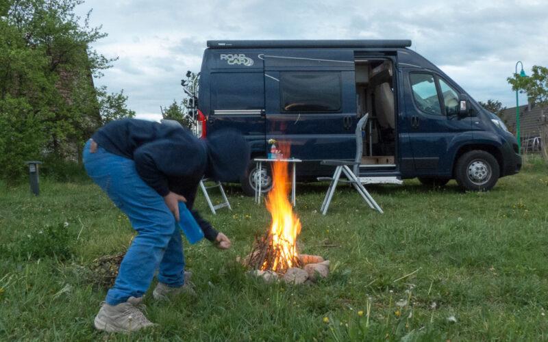 Unterwegs im Wohnmobil mit Kindern: Der Nachwuchs hilft beim Feuer machen in der Uckermark.